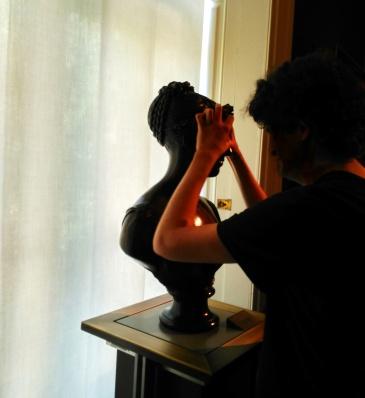 Una persona ciega tocando una escultura