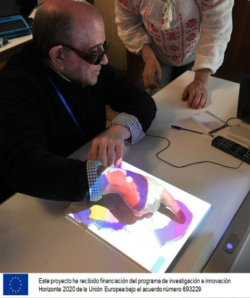 Una persona prueba el relieve interactivo