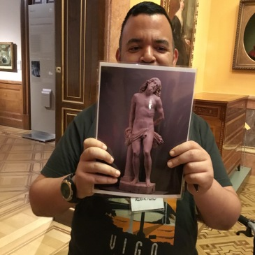 Rodrigo sosteniendo una imagen de una obra del Museo