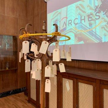 árbol con ideas escritas por los participantes del taller. Logo ARCHES al fondo