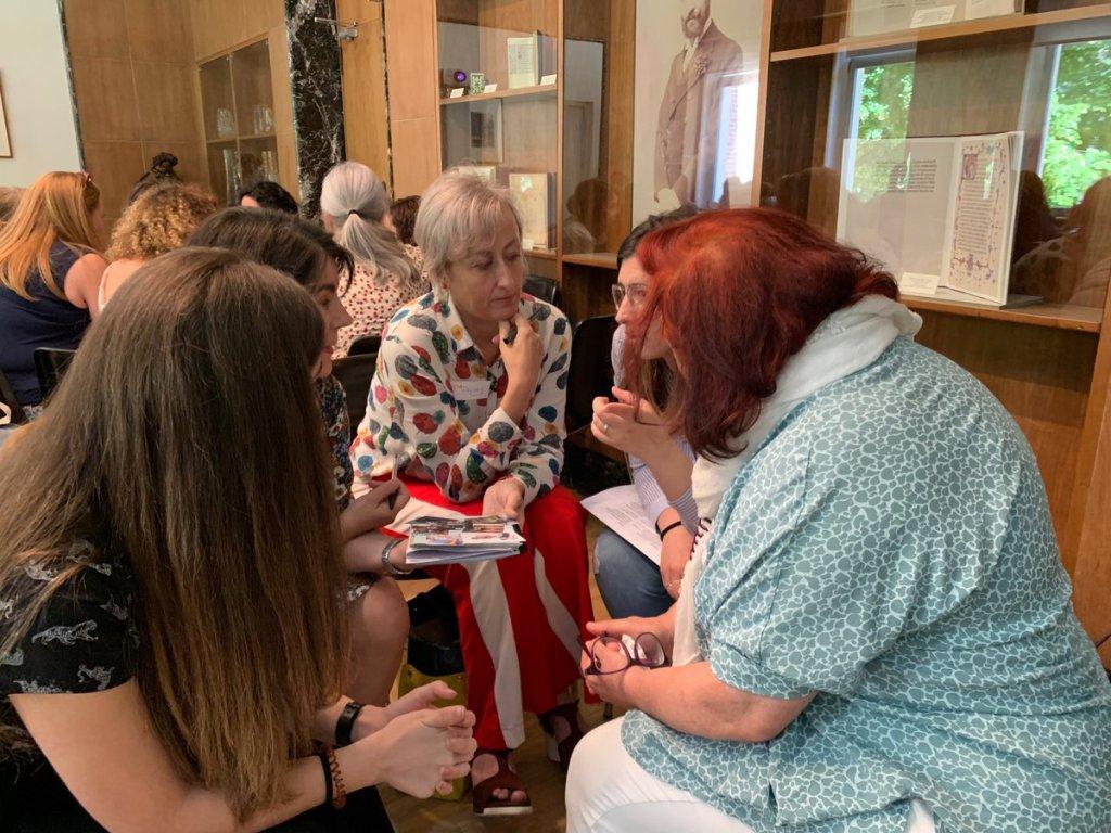 Participantes debatiendo durante una de las dinámicas del taller