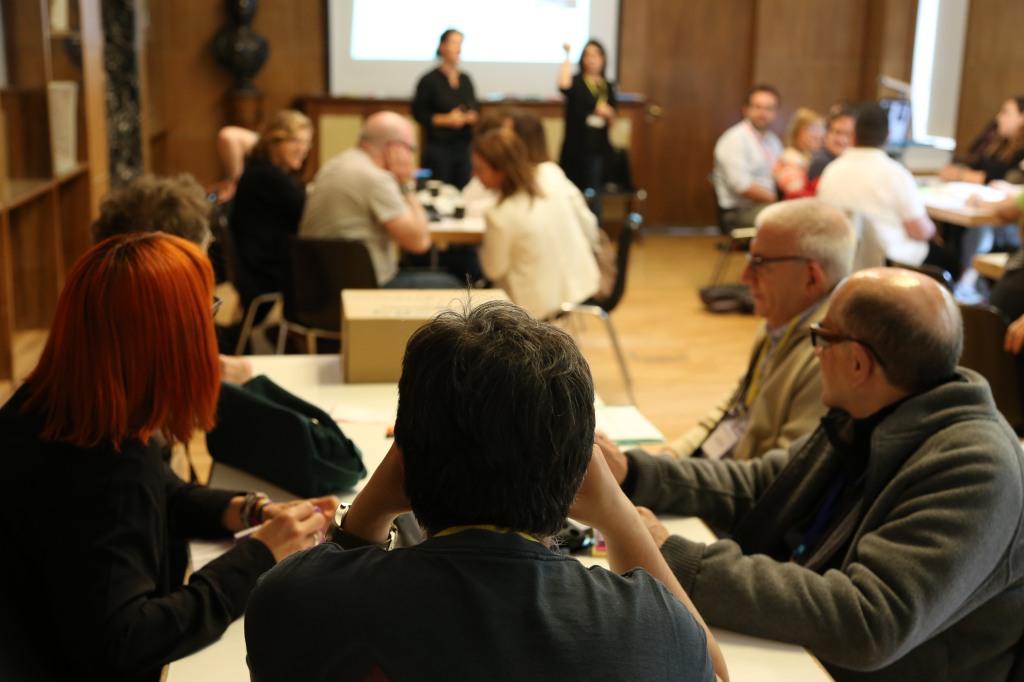 Grupo ARCHES Madrid reunidos en varias mesas de trabajo