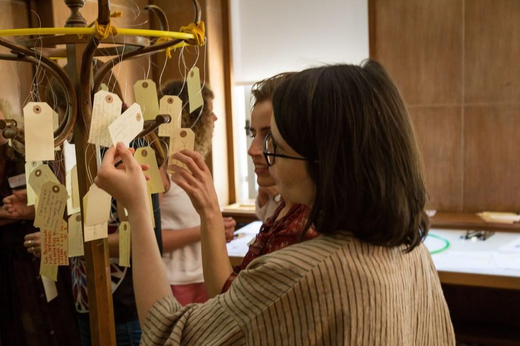 """Participantes del taller poniendo sus ideas en el """"arbol de las preocupaciones"""""""