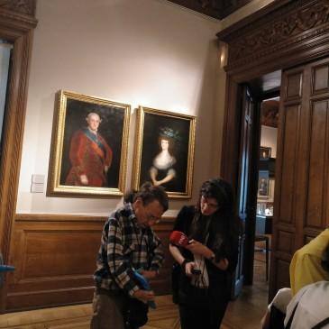 Participante del grupo ARCHES siendo entrevistado por una periodista de RNE en una de las salas del Museo Lázaro Galdiano